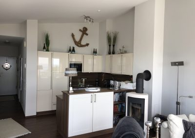 Küche mit hohen Wänden